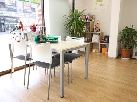 明るい色の家具を使用しておりますのでご来店の際は、是非ご利用ください。