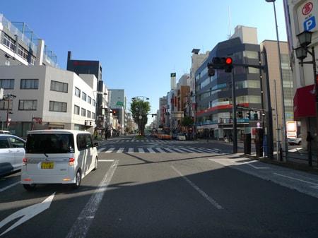 駅を背に真正面に歩いていただき高島屋さんの交差点を右にお曲りください。