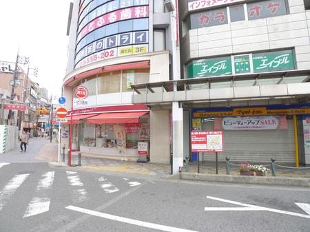 当店の左となりの1階はコージーコーナーさんです。