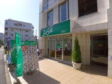 南浦和駅を出て、一ツ木通り沿いの5F建ての白いビルの1Fです。