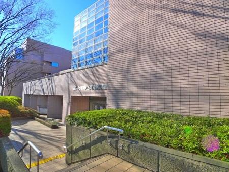 南浦和駅西口から徒歩10分ほどにございます。さいたま市立南浦和図書館です。