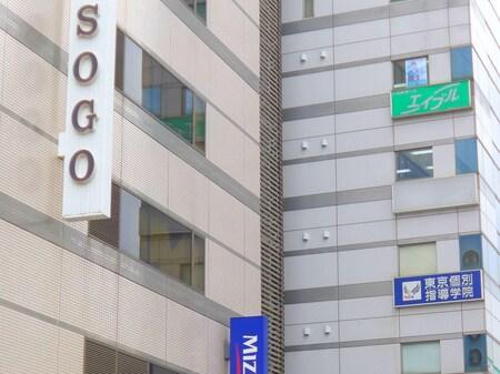 川口駅を東口に出てそごう方面に歩くとそごうの右隣に高梨ビルというビルがあります。8階になります。