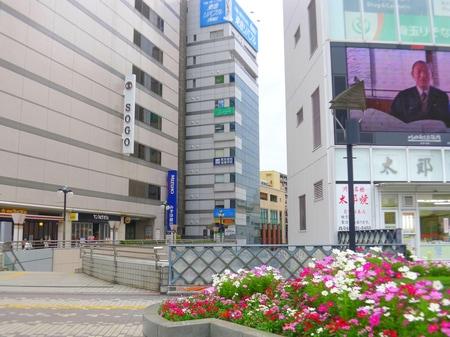 川口駅東口を出て頂きますと正面にキャスティとそごうがあります。その間にある高梨ビルの8階になります。