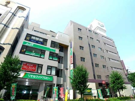 隣に川越モディ、1Fにりそな銀行ATMコーナーがあるビルの3Fです。エレベーターをご利用ください。