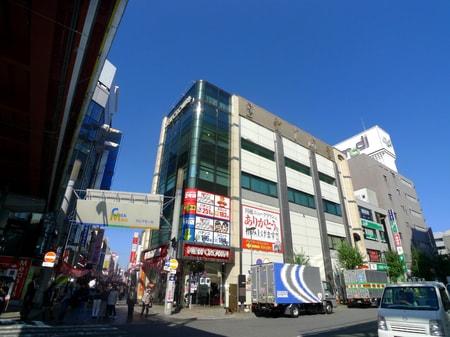 交差点からクレアモールを見た所、パチンコ屋さんの右側3階にございます。