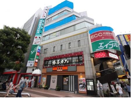 所沢駅西口を降りていただいて正面のビルです。