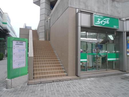 店舗脇の階段を上がると、駅まで直結で雨の日は便利です。
