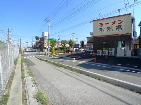 JR線路沿いを歩くと見えてきました3階の店舗です