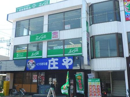 谷塚駅西口のタクシー乗り場前、居酒屋『庄や』さんの上の階です。