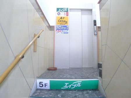 2階からエレベーターで5階までお上がり下さい。