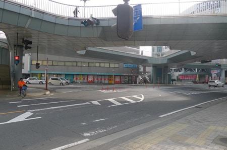 店舗前には三叉路の大きな交差点がございます。