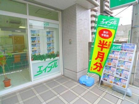 こちらの入り口を目印お越しくださいませ。