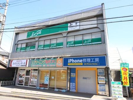 和光市駅北口、駅正面のビル2Fです。1階に携帯ショップがあります。