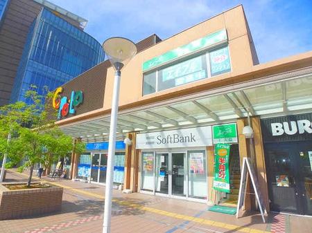 川口駅東口からデッキを右に進みまして、右を少し見上げたところにお店があります。
