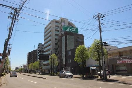 泉中央駅からも見ることができる当ビル屋上の大きな緑の看板が目印です♪