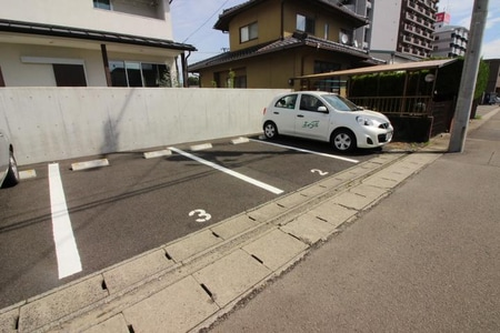 お店近くに別途専用駐車場もご用意しております、お気軽にご来店下さい☆