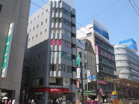 広島電鉄・本通電停目の前。ポプラさんの4階になります。お電話をいただければご案内させていただきます。