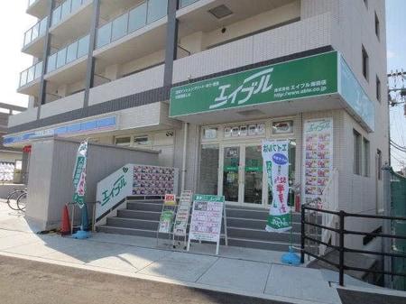 JR海田市駅南口の駅前ロータリーのローソン隣ににございます。緑色の看板が目印です。
