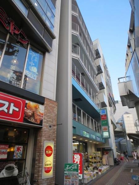 駅を背にして、ロータリーの右側、ガストやバーミヤンの隣り、1階が今井薬局のビルの4階にございます。