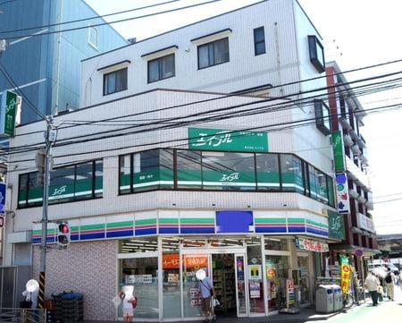 「金沢文庫駅」改札を出て左へお進み頂き、国道16号線にぶつかる角地コンビニの2階に御座います。