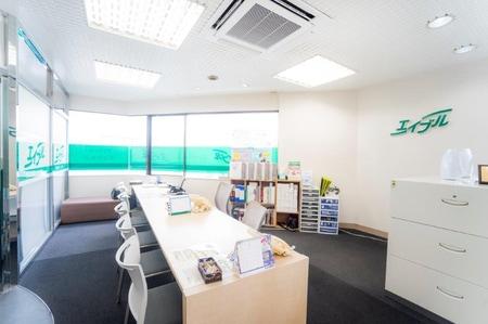 店内は窓が多く明るい雰囲気!!スタッフがピッタリのお部屋をご提案致します!