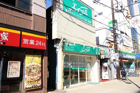 大和駅北側の大和中央通り商店街沿いです。