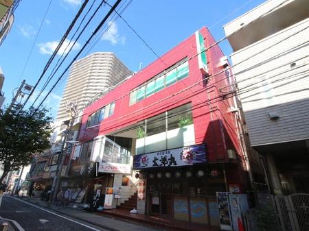 西口から鎌倉街道を渡り、Camio左側アーケードを抜け左折。20メートル先左側に当店がございます。