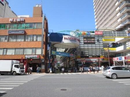 道案内②・鎌倉街道の反対側には複合施設のCamio(カミオ)が見えます