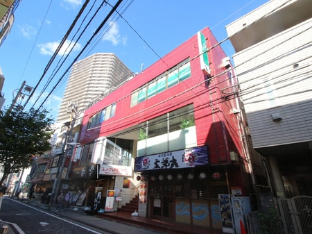 道案内⑤・アーケードを抜けて左折していただくと、左側3件目に赤いビルが見えてまいります。