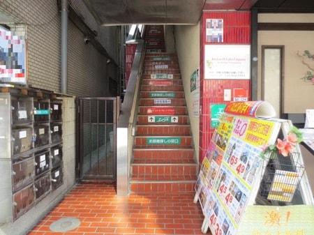 道案内⑥・ビルを正面に見て頂いて左側に階段がございます。