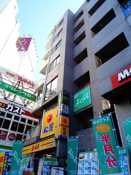 エイブルの目印は、1階の「牛丼の松屋」です!正面エレベーターを上がった4階が店舗になります。