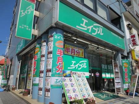 1階角に店舗があり、ガラス張りで店内もよく見えるので安心してご来店ください。
