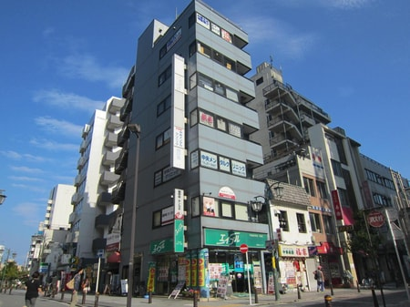 当店は7階建ビルの1階店舗です。当ビルの裏側には有料ですがコインパーキングもございます。