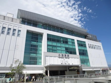 小田原駅。新幹線、東海道線、小田急線、箱根登山鉄道線、大雄山線があります。