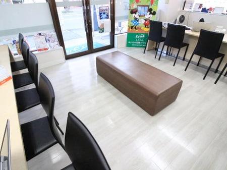 白を基調とした店内で気持ち良くお部屋探しが出来る空間でお客様をお待ち致しております。