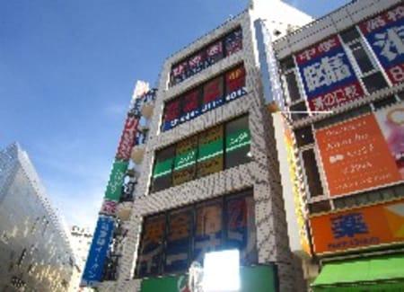 溝の口の2大大通り・ポレポレ通りと中央商店街の交差点にあるビルの3Fにございます!