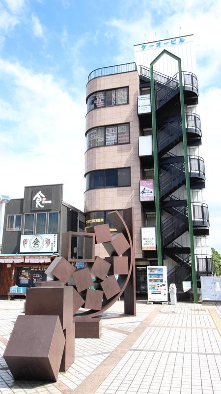 店舗の正面に秦野市の大きな茶色のモニュメントがありますのですぐ見つかりますよ!