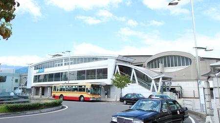 店舗の正面に上智短期学部の送迎バス乗り場がございます。