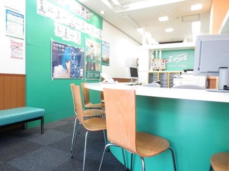 混雑時には店内でお待ちいただけるよう、長いすをご用意させていただいております。