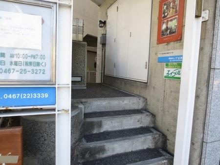 こちらのらせん階段をご利用くださいませ