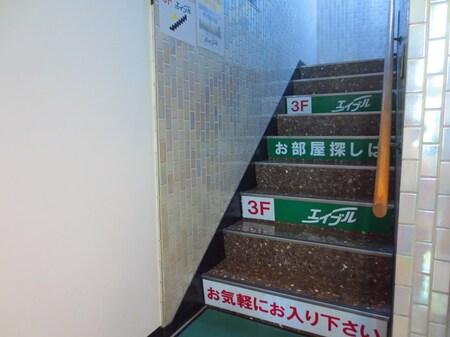 3階へ続く階段です。