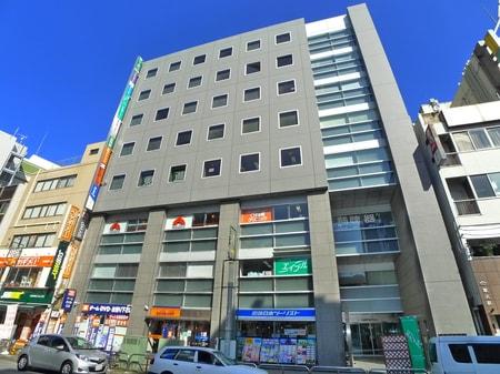 西口ロータリーに面したセブンイレブンの2軒隣のビルです。ビルの2階がエイブル松戸店でございます。