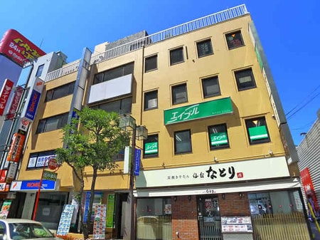 柏駅西口を出て右手の階段を下りていただき、髙島屋の前の通りを進んだ左手にエイブルがございます。
