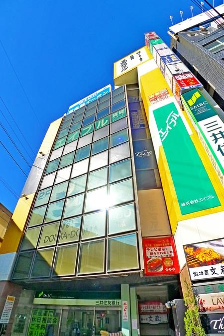 JR本八幡駅北口を出てすぐ左を見て頂くと三井住友銀行があります。そのビルの4階が当店で御座います♪
