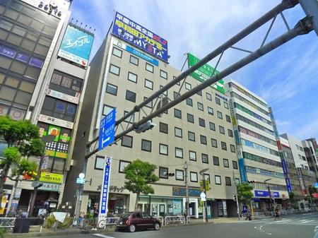 津田沼駅北口を出て頂き、左手をご覧頂くと大きなビルがあります。その中の3階に当店が御座います。