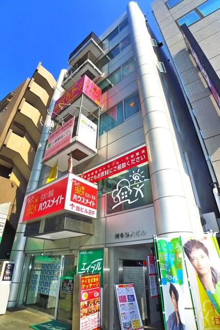 お店は道路に面したビルの1階にあります。緑色の看板が目印です。
