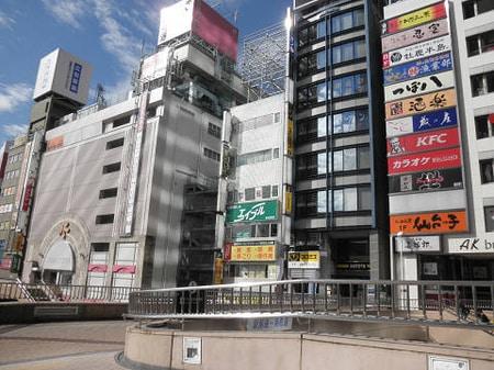 仙台駅西口ペデストリアンデッキをPARCO様方面に向かいアーケード入口の並びに大きな看板がついてます
