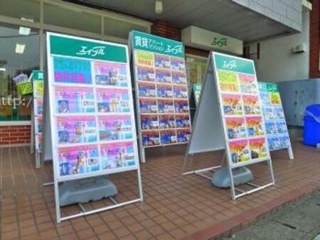 お店の入口付近には物件資料が出ている看板が多数置いております。