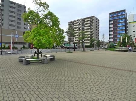 駅前広場を通り過ぎます。