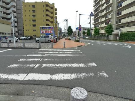横断歩道を渡ってまっすぐです。